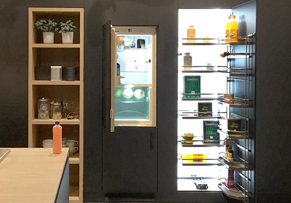 geöffneter Küchenschrank und geöffneter Kühlschrank