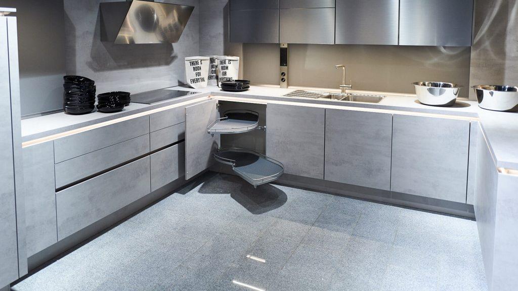 graue Küche mit geöffnetem Eckschrank